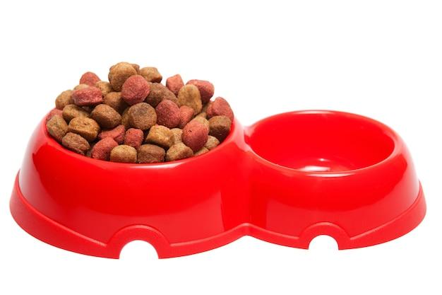 Tasse pour un fourrage pour chiens et chats. il est isolé sur un fond blanc