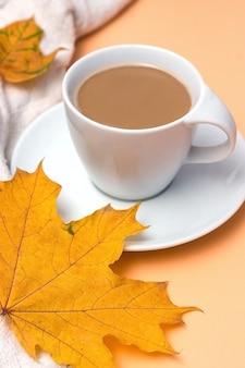 Tasse de pull femme tricoté blanc café ou plaid chaud sur fond copie espace automne automne concep...