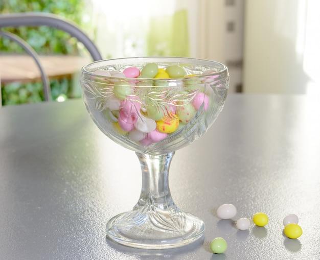 Tasse remplie de bonbons pour pâques