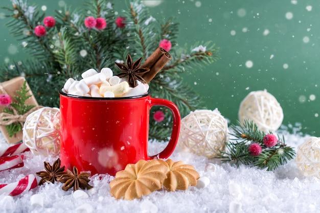 Tasse rouge de boisson de noël épicée chaude et décorations du nouvel an.