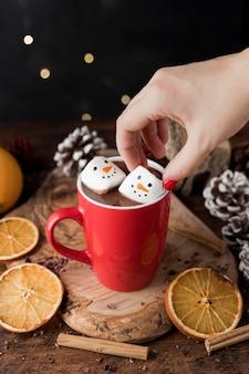 Tasse rouge de chocolat chaud avec des guimauves