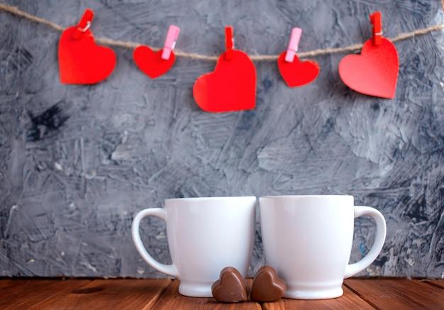Tasse de la saint-valentin avec café et coeurs rouges.copiez le concept de la saint-valentin. vue d'en-haut.
