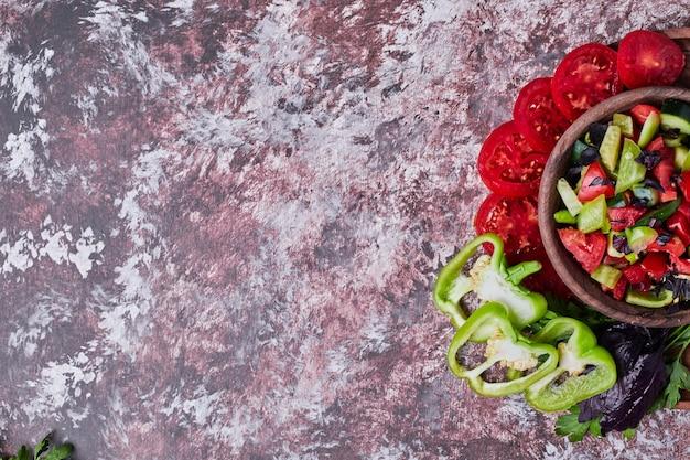 Une tasse de salade de légumes servie sur le marbre