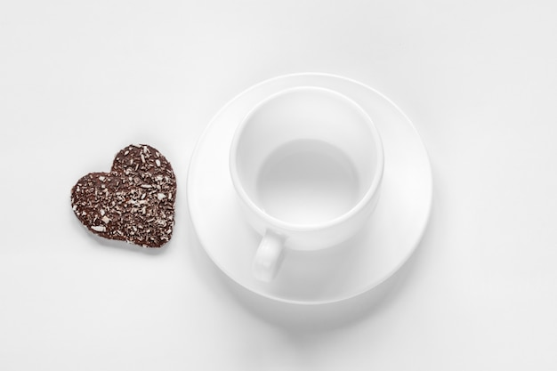 Tasse et soucoupe et biscuits au chocolat et à la noix de coco