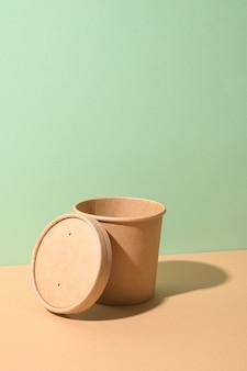 Tasse à soupe en papier artisanal avec ombre sur fond marron