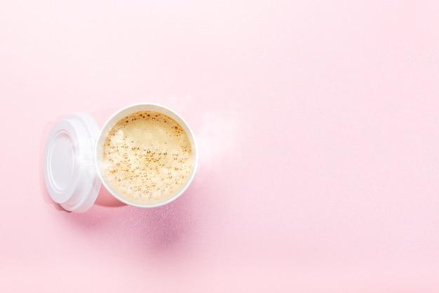 Tasse de styromousse avec café chaud