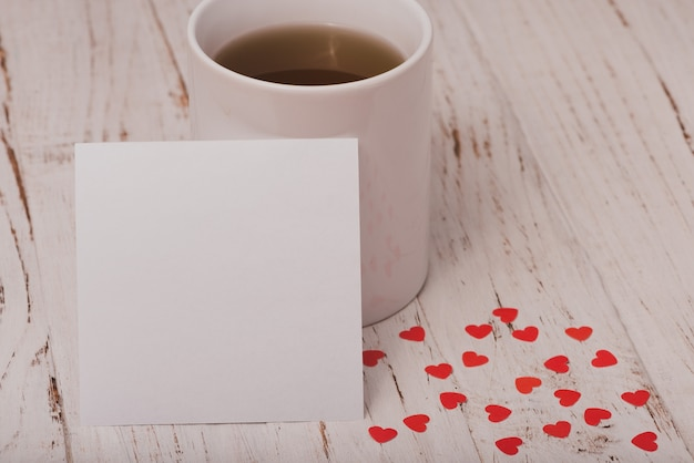 Tasse de thé avec une affiche blanche