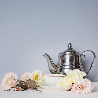 Tasse à thé avec arrangement de fleurs
