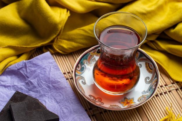 Une tasse de thé au chocolat noir