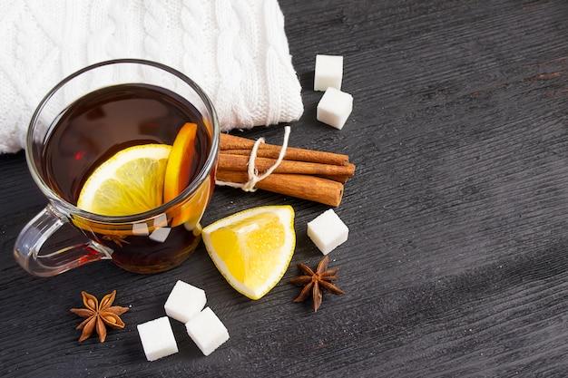Tasse de thé au citron, cannelle, tapis tricotés.