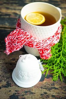 Tasse de thé au citron et décoration de noël