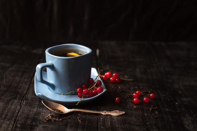Une tasse de thé au citron sur fond noir