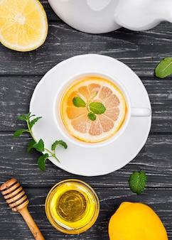 Tasse avec thé au citron et miel