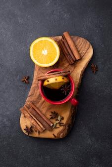 Tasse de thé au citron sur planche de bois