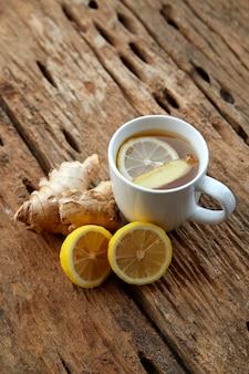 Tasse de thé au gingembre au citron sur bois