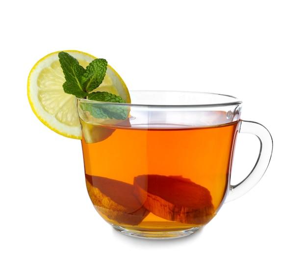 Tasse de thé au gingembre savoureux isolé