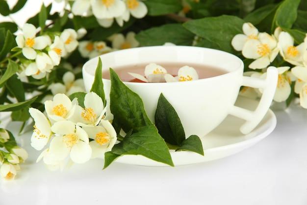 Tasse de thé au jasmin, isolé sur blanc