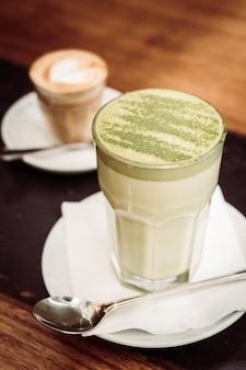 Tasse de thé au lait vert matcha chaud