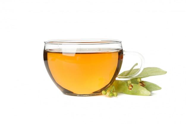 Tasse de thé au tilleul isolé sur blanc