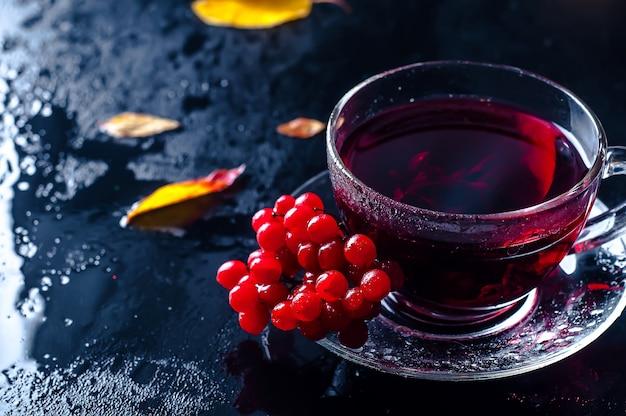Tasse de thé automne romantique avec des feuilles