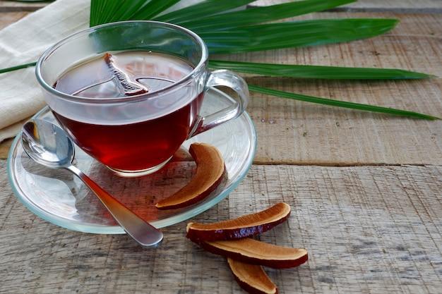 Une tasse de thé aux champignons lingzhi ou un champignon reishi