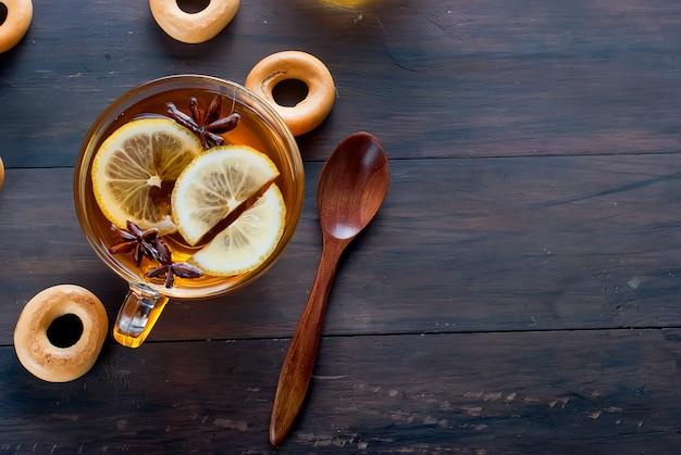 Tasse de thé et des bagels sur une table en bois.