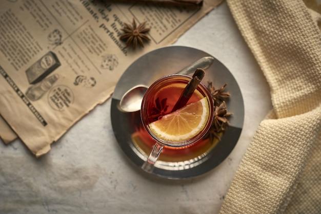 Tasse de thé avec des bâtons de cannelle au citron et des clous de girofle