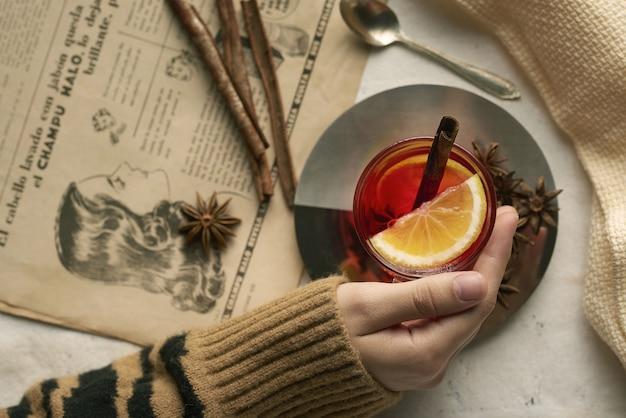 Tasse de thé avec des bâtons de cannelle citron et clous de girofle