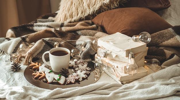 Tasse de thé et biscuits de noël