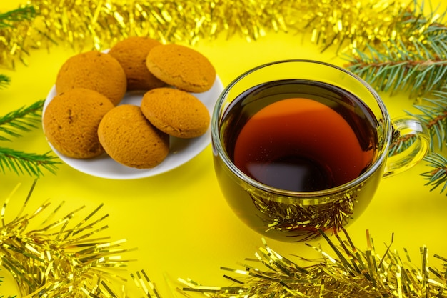 Une tasse de thé avec des biscuits de noël.