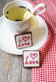 Tasse de thé et biscuits pour la saint-valentin