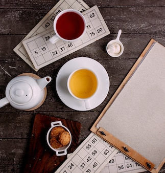 Une tasse de thé et des biscuits