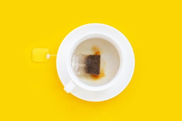 Tasse de thé blanc sur fond jaune