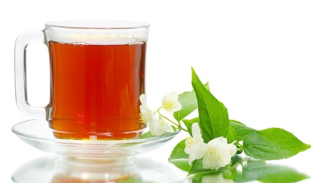 Tasse de thé sur blanc