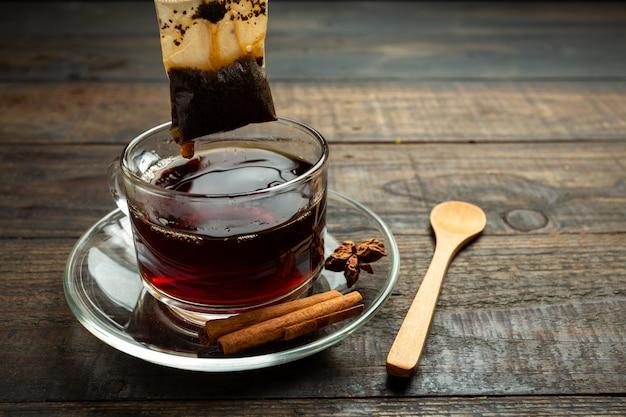Tasse de thé sur bois.