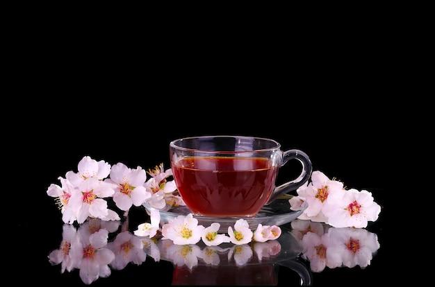 Tasse de thé et branche de cerisier