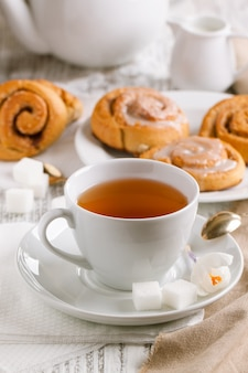 Tasse de thé et brioches à la cannelle