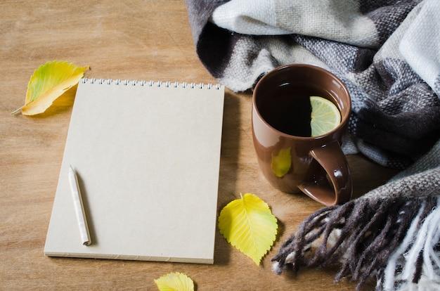 Une tasse de thé et un cahier vide pour le croquis.