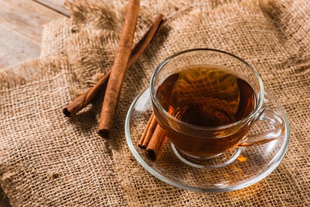 Une tasse de thé à la cannelle sur un sac
