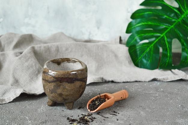 Tasse à thé en céramique de style japonais wabi sabi.