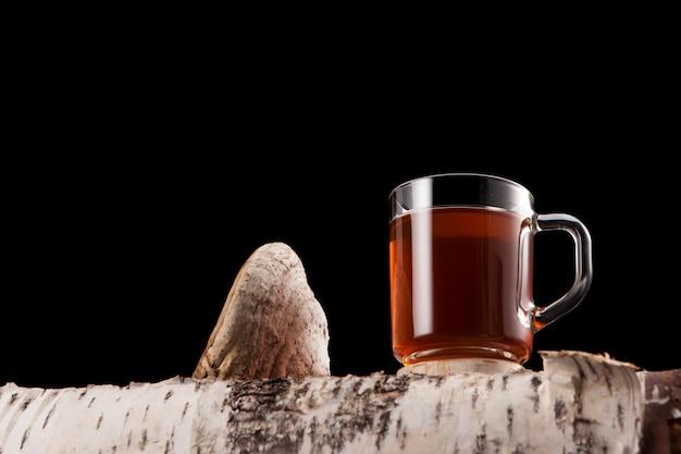 Tasse avec thé chaga avec espace copie.