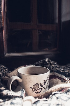 Tasse à thé sur châle en laine