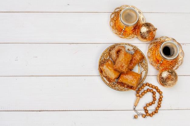 Tasse de thé chaud et une assiette de desserts turcs