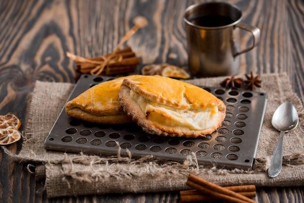 Tasse de thé chaud et brioches sur une table en bois. vue de dessus