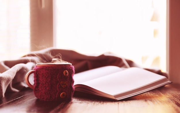 Tasse de thé chaud et livres