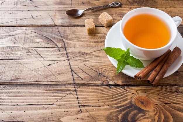 Tasse de thé chaud à la menthe et au sucre brun