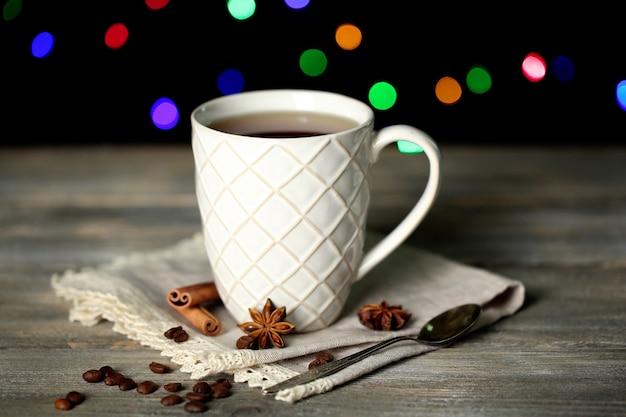 Tasse de thé chaud savoureux, sur table en bois