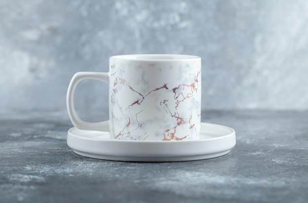 Tasse de thé chaud sur table en marbre.
