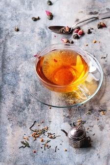 Tasse de thé chaud avec teastrainer