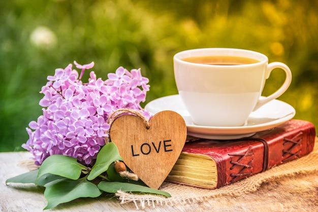 Tasse de thé, coeur et lilas, concept romantique